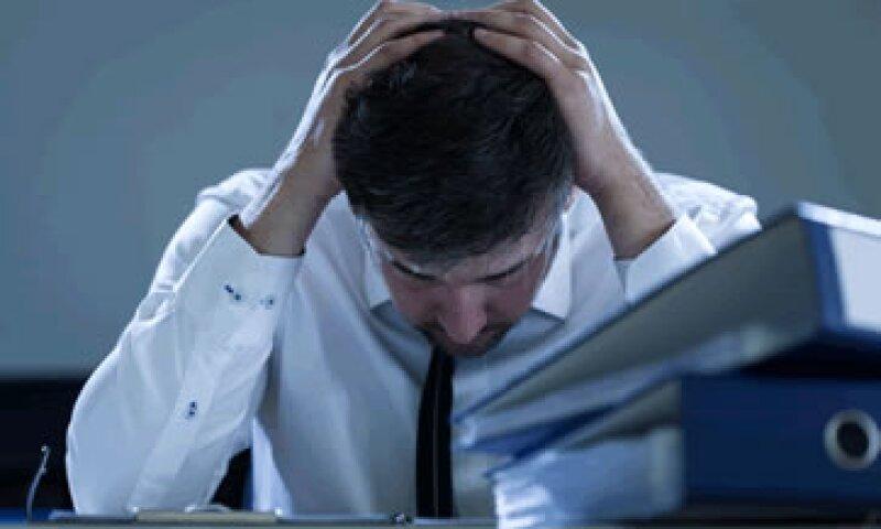 Los empleados que trabajan al menos 55 horas en comparación con los que trabajan 40 horas a la semana, se sienten menos comprometidos y menos concentrados. (Foto: Shutterstock )