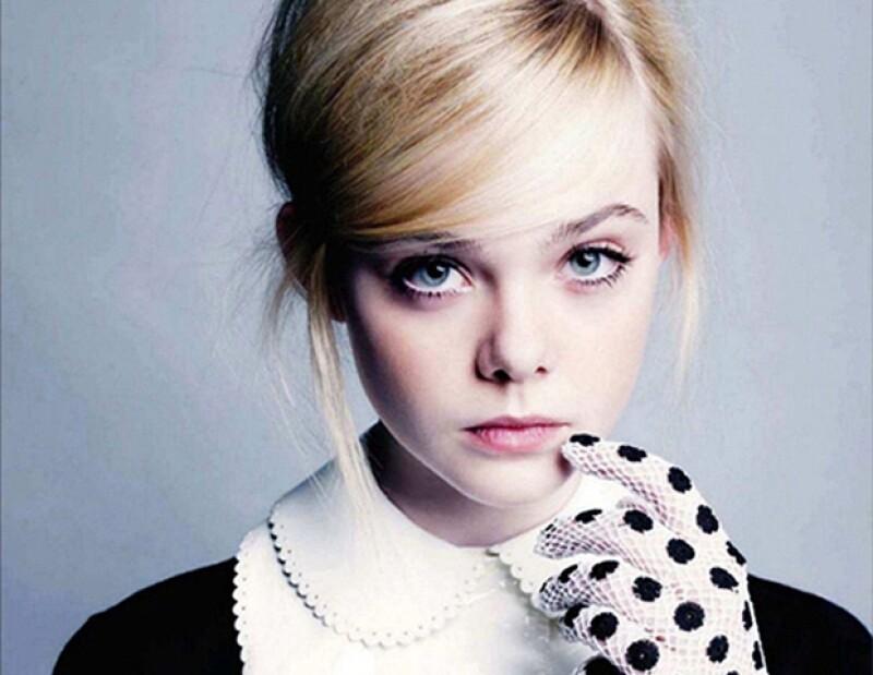 Elle comenzó su carrera interpretando a su hermana, Dakota.