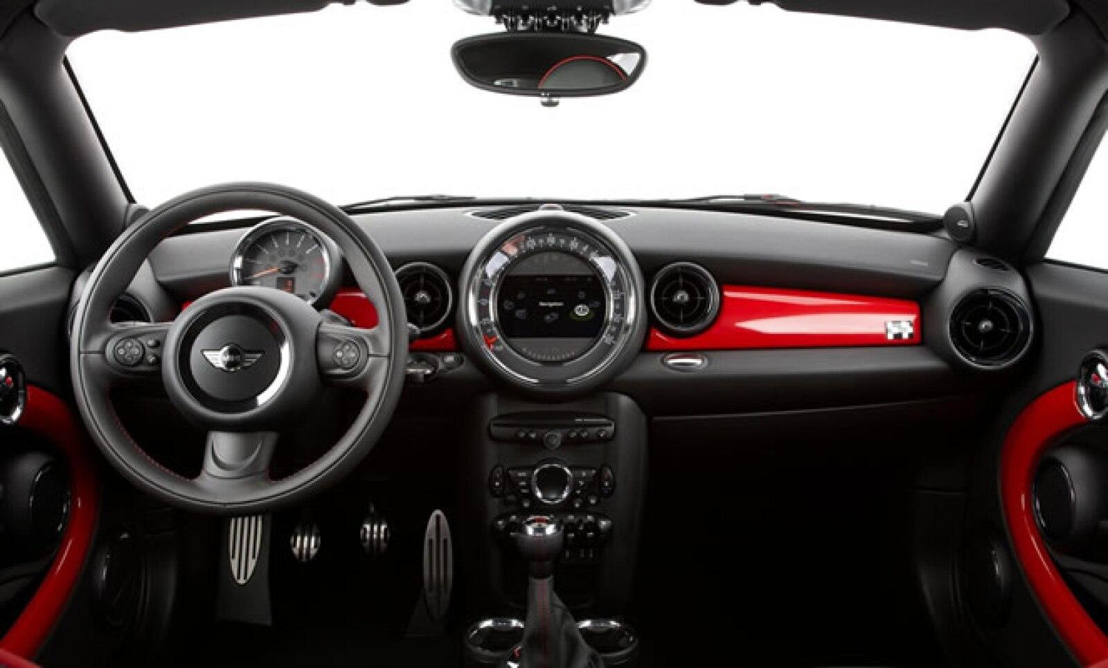 En materia de equipamiento destaca el sistema de audio Harman Kardon con interfaz USB, Bluetooth y sistema de navegación con pantalla de 6.5 pulgadas.
