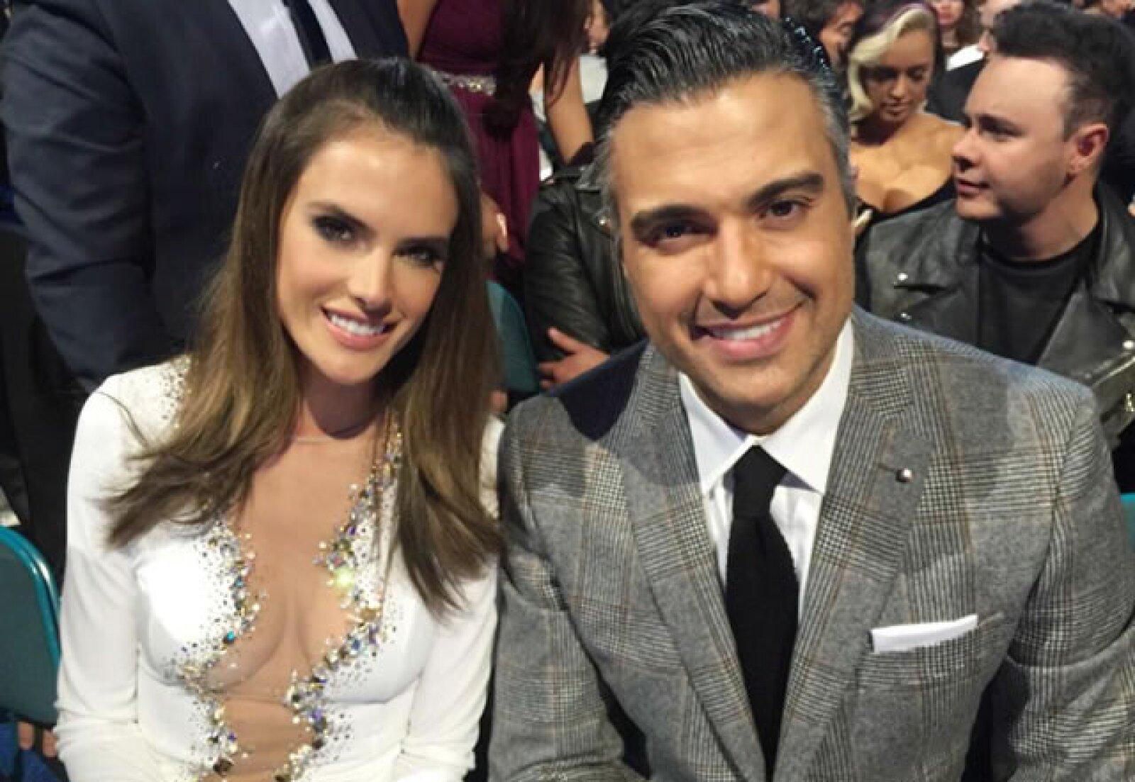 Alessandra Ambrosio y Jaime Camil aguardando a presentar un premio juntos.
