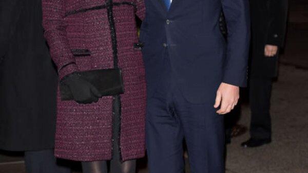 Kate Middleton llegó a Nueva York usando un abrigo en color borgoña con remates en negro, medias semiopacas y botines de suede.