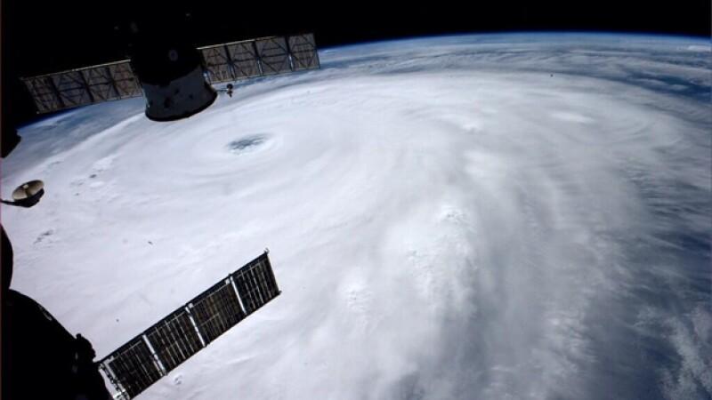 Una vista desde el espacio del super tifón ?Neoguri? , que tocará tierra el martes en Okinawa, Japón