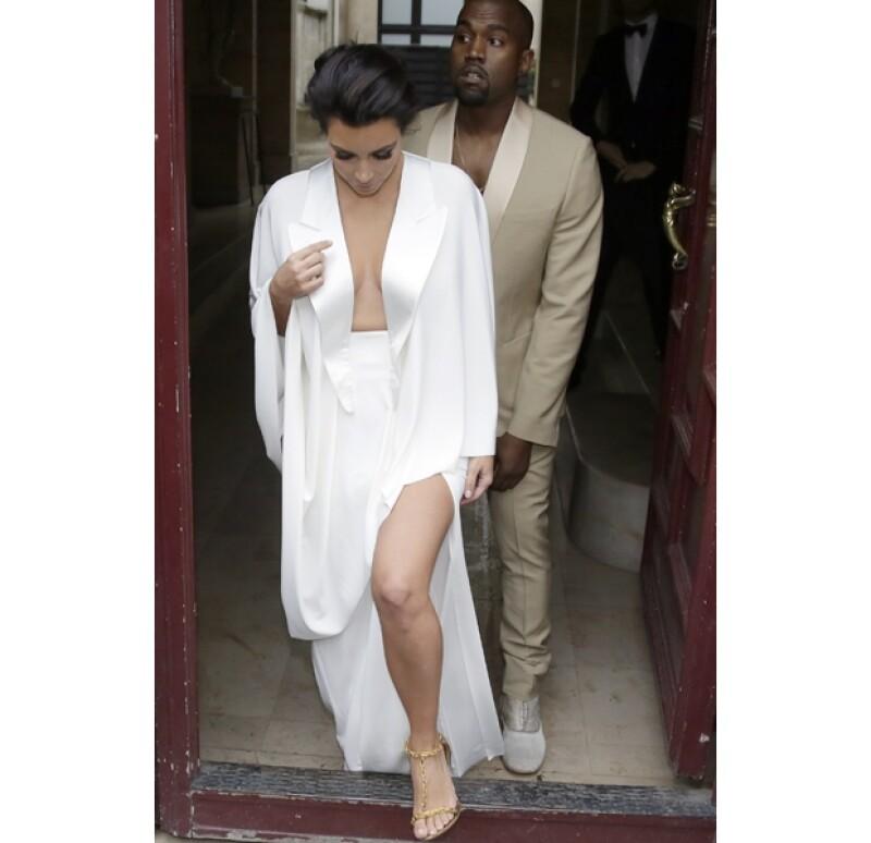 La pareja que está a punto de darse el sí ofreció una celebración previa a su gran día. Kim sorprendió con un sensual y escotado vestido blanco.