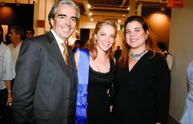 Lorenzo Lazo, Edith González y Sonia Santos en el primer día de Zona Maco.