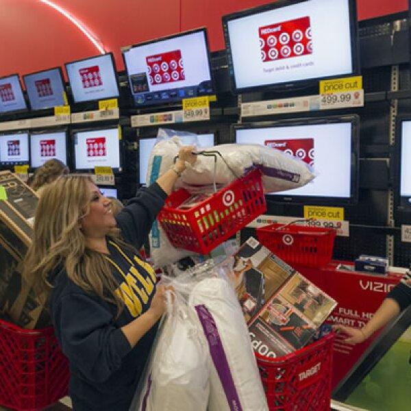 Tiendas como Walmart,Target Corp y Toys R Us adelantaron sus aperturas a la noche del jueves, provocando que algunos estadounidenses dejaron de lado la cena del Día de Acción de Gracias para ir a comprar.