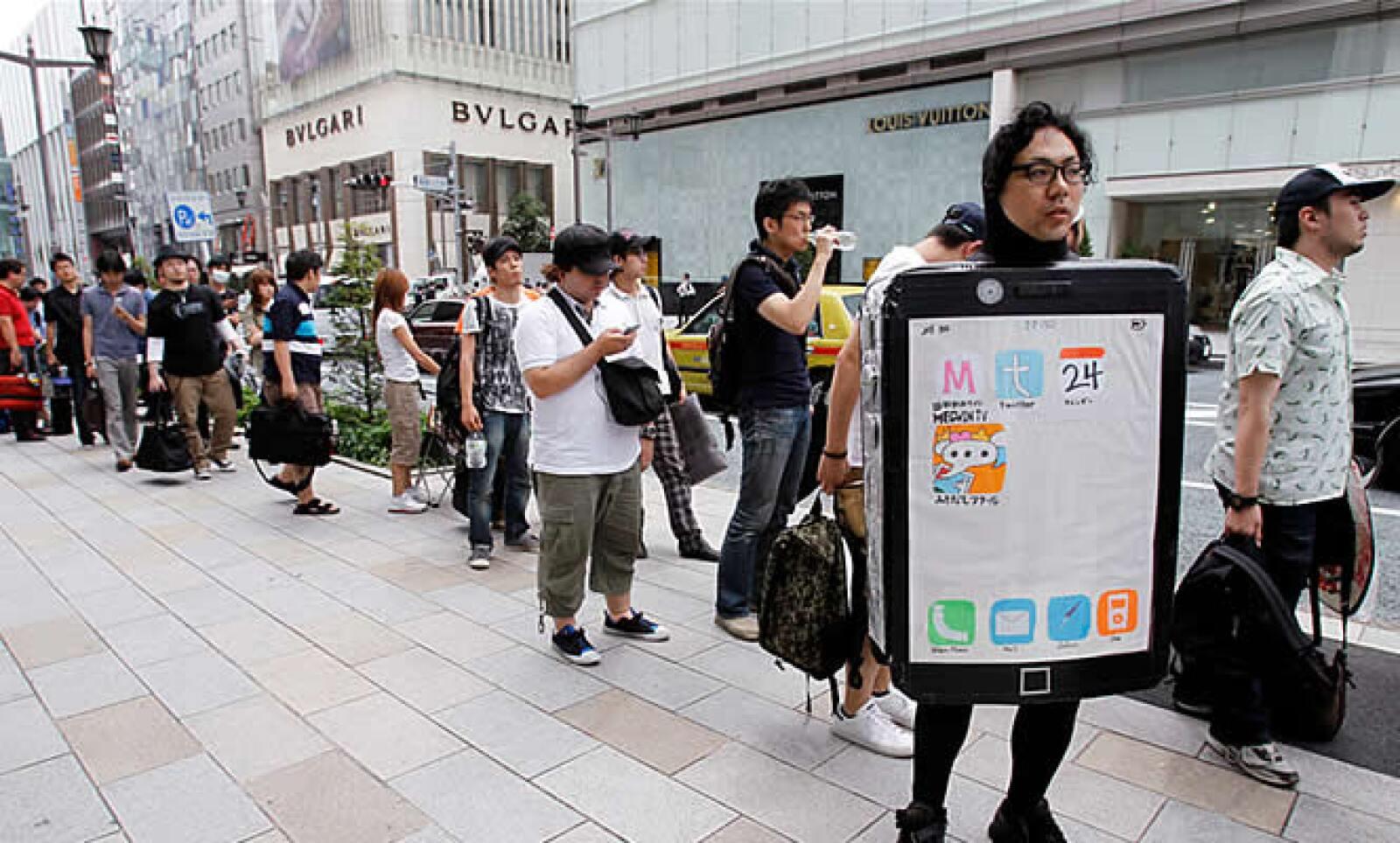 Cientos de personas llenaron tiendas de Tokio para ser los primeros compradores del iPhone 4 de Apple.