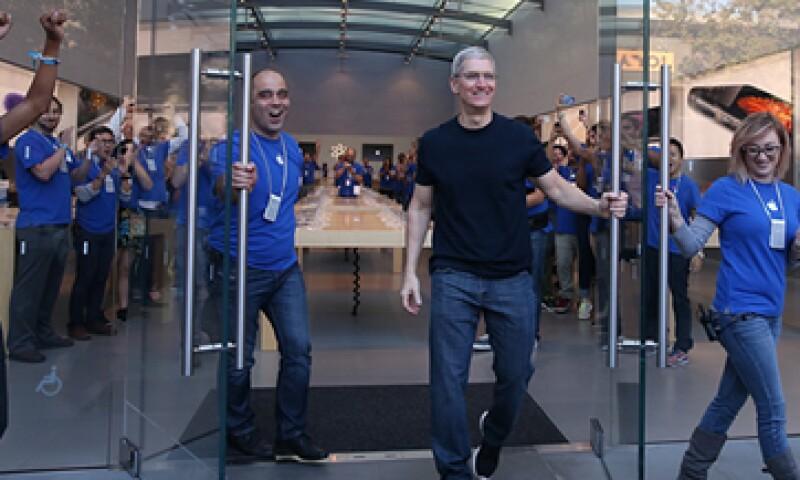 El CEO de Apple, Tim Cook, acudió a las tiendas durante el lanzamiento a la venta del iPhone 6. (Foto: Getty Images)