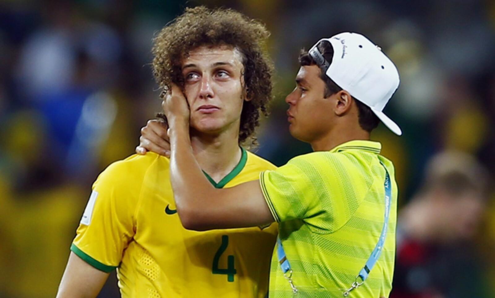 Thiago intenta reconfontar a un David Luiz incrédulo al convertirse en protagonistas de la más penosa samba que ha sonado en canchas verdeamarelas.