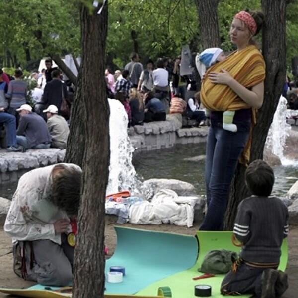 padres con sus hijos asisten a la protesta