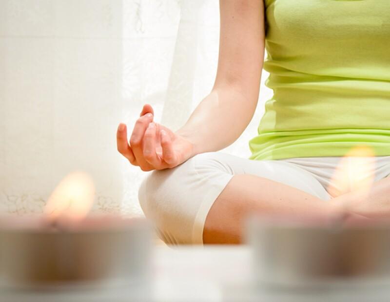 Meditar antes de dormir también es una excelente opción para relajarte y conciliar el sueño.
