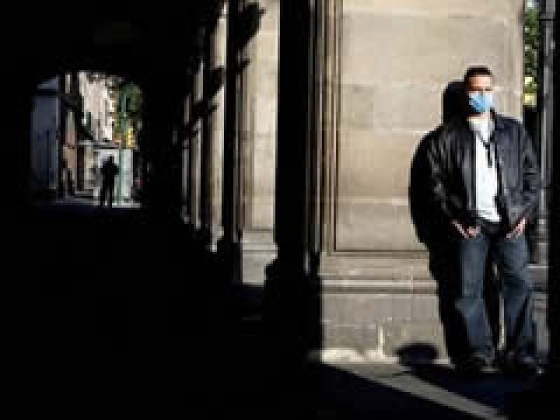 Ante la epidemia la gente que sale a las calles se protege con tapabocas.  (Foto: AP)