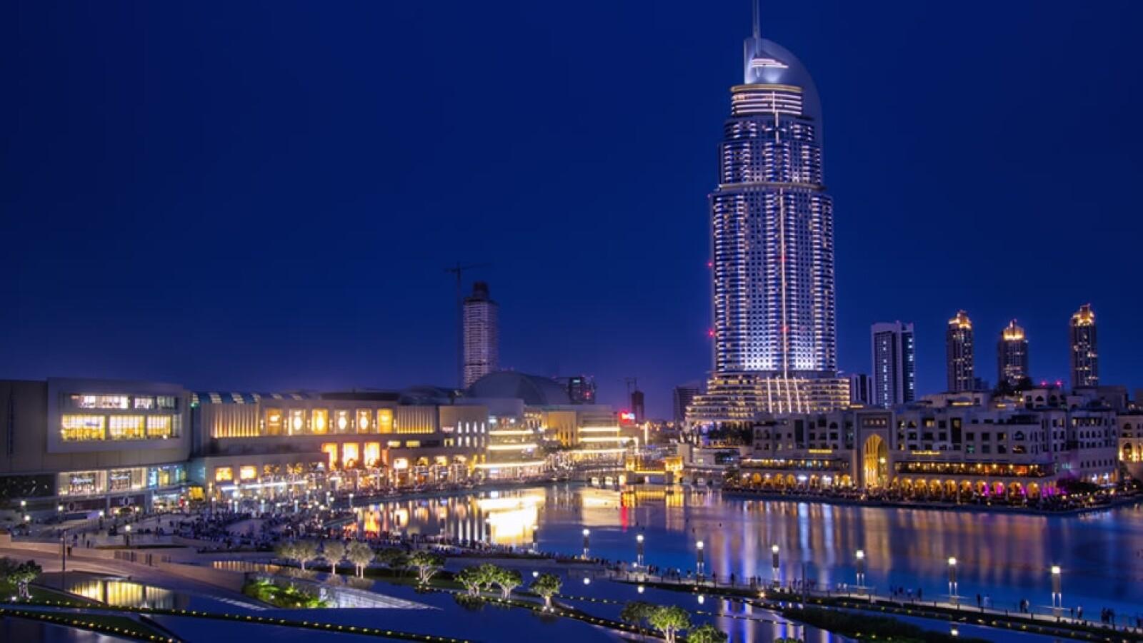 El Dubai Mall, a la izquierda, convive con otros complejos de lujo como la torre Burj Khalifa, la más grande del mundo