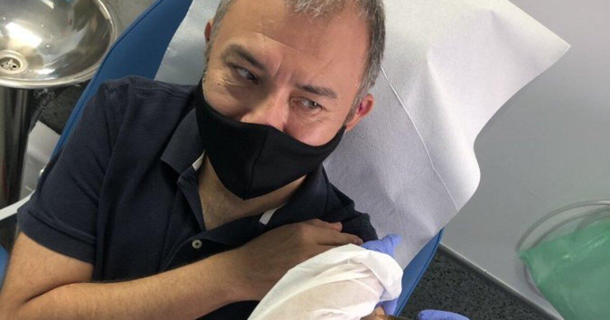 Mexicano se aplica primera dosis de vacuna contra Covid-19
