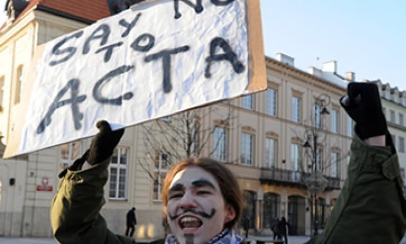 En Alemania las protestas se acompañaron con máscaras del personaje Guy Fawkes, símbolo de muchos activistas en Internet. (Foto: AP)
