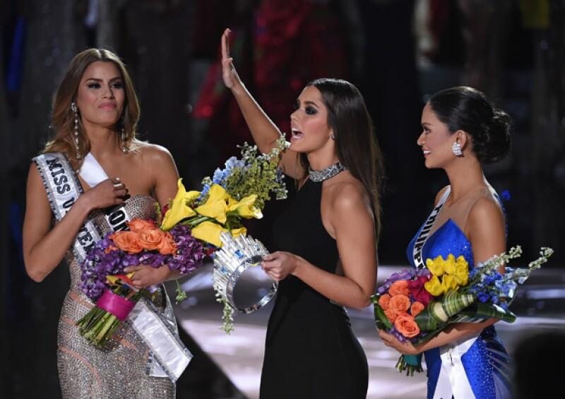 El momento en el que Miss Filipinas recibe el reconocimiento como Miss Universo 2015.