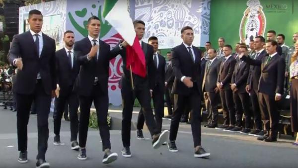 Peña Nieto abandera a la Selección Nacional y le augura 'buenas vibras' en Rusia