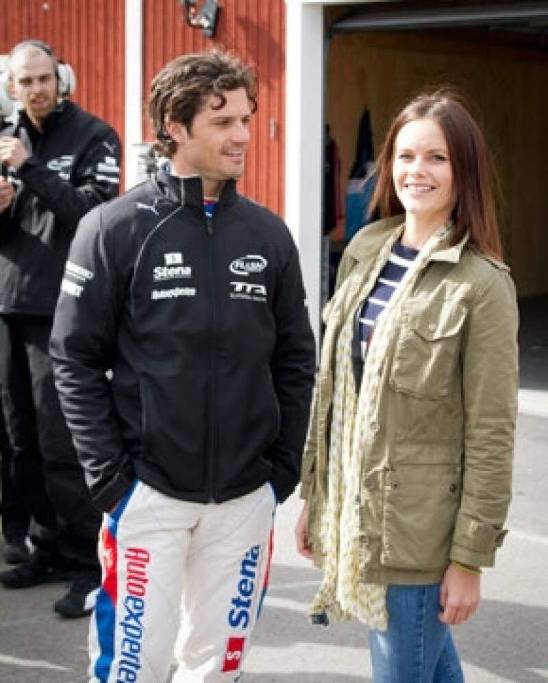 Carlos Felipe y la modelo Sofia Hellqvist se encontraban en un club de Cannes cuando un grupo de personas los atacaron sin razón alguna.