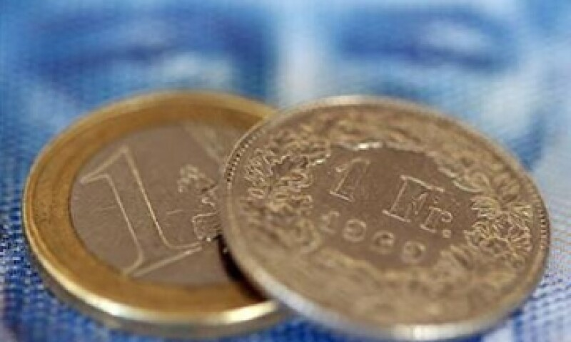 El dólar también se disparó hasta 0.85799 francos en operaciones EBS y luego operaba con una ganancia del 8.6% a 0.8552 francos suizos. (Foto: Reuters)