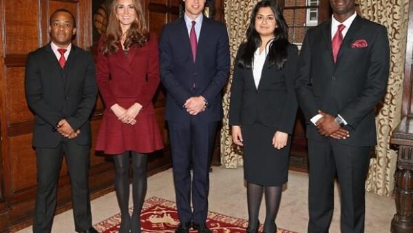 Los Duques de Cambridge entregaron becas a estudiantes de bajos recursos del Middle Temple en Londres, la pareja fue captada sonriendo en todo momento.