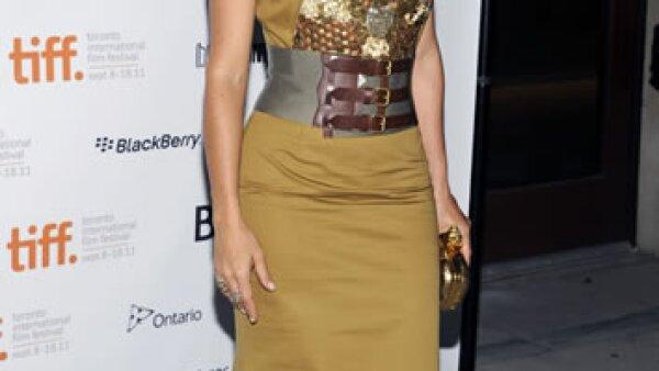 Salma Hayek llamó la atención con un vestido de Alexander McQueen con corsé metálico y clutch dorado de la misma firma.