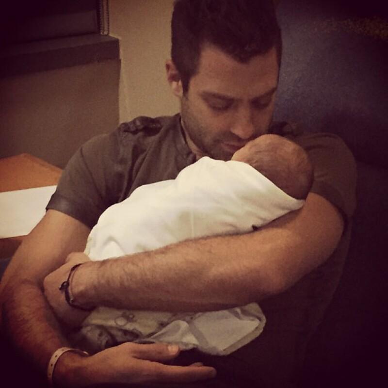 El cantante agradeció los buenos deseos por el nacimiento de su segunda bebé y compartió una tierna imagen con ella en Instagram.