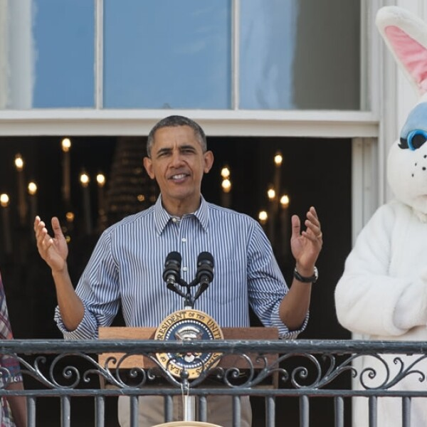 El presidente de Estados Unidos Barack Obama habla al lado de su esposa Michelle Obama durante la búsqueda de huevos de Pascua en la Casa Blanca