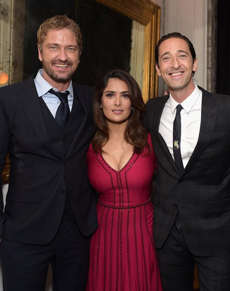 Durante el Festival de Cine de Toronto, la mexicana aprovechó para divertirse con el par de guapos actores.