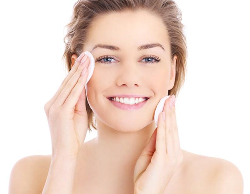 Puedes usar el aceite de coco como desmaquillante o jabón de cara.