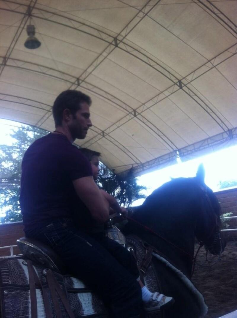 Rulli montó a caballo con uno de los hijos del Luis Miguel.