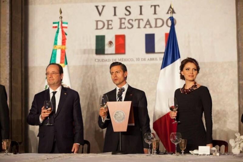 Francois Hollande, Enrique Peña Nieto y Angélica Rivera en el brindis por la relación México-Francia.