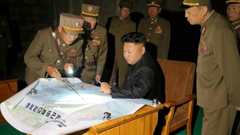 El líder de Corea del Norte (centro) observa un ejercicio reciente de misiles lanzados desde el país asiático
