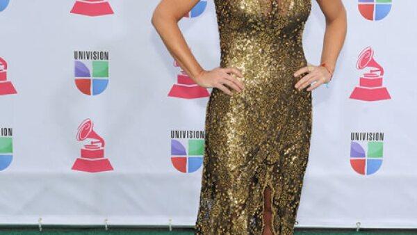 Lucero se veía maravillosa y súper ad-hoc en un vestido dorado para la alfombra verde del evento.