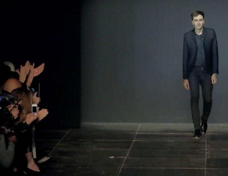 Hedi Slimane caminó entre aplausos al terminar el desfile de Saint Laurent durante la Paris Fashion Week.