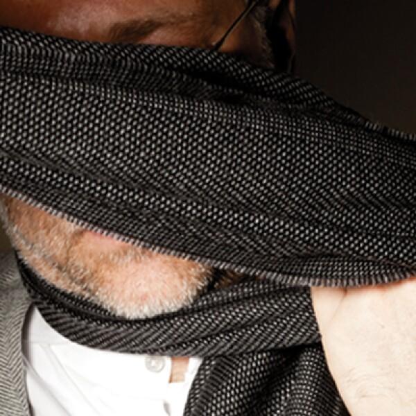 La bufanda dejó de ser solo una prenda para cubrirte del frío, transfórmala en el accesorio que le de un toque de estilo a tu atuendo ejecutivo. Sigue estos pasos: Pon la bufanda sobre tu cuello y dale una vuelta completa.