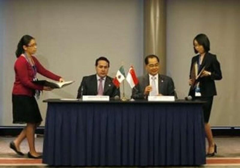 Gerardo Ruiz, titular de Economía mexicano (izq) y Lim Hng Kiang, ministro singapurés de Comercio e Industria, firmaron el acuerdo. (Foto: Reuters)