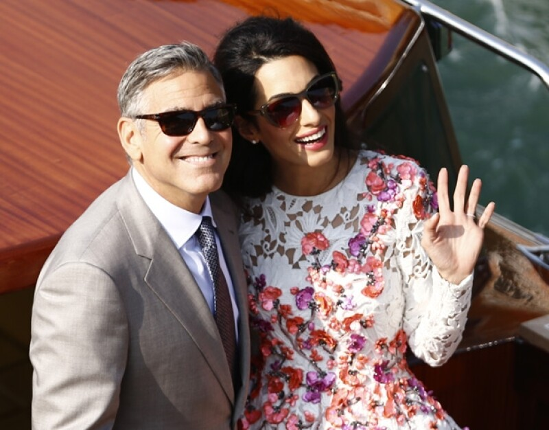 George y Amal lucían felices y enamorados en su primer paseo como recién casados. Ella dejó lucir su anillo de bodas en la mano izquierda.
