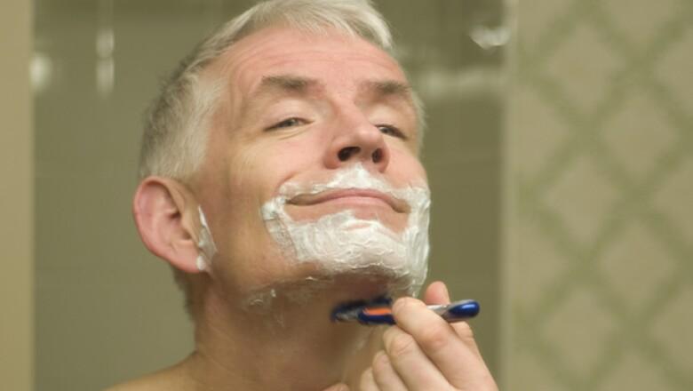 Al afeitar el cuello, lo recomendable es que la navaja vaya en dirección contraria al crecimiento natural del vello. Cuando hayas eliminado o recortado la barba continúa con bigotes y patillas.