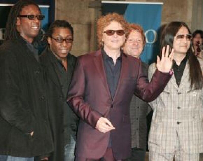 La banda de música pop británica tuvo que cancelar una presentación en Brasil luego de que el avión donde viajaba su vocalista Mick Hucknall hizo un aterrizaje de emergencia.