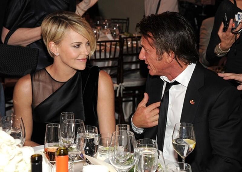 """Durante la glamurosa cena """"Help Haiti Home Gala"""" organizada por el actor de 53 años, fue evidente que la sudafricana y el californiano tienen una relación."""