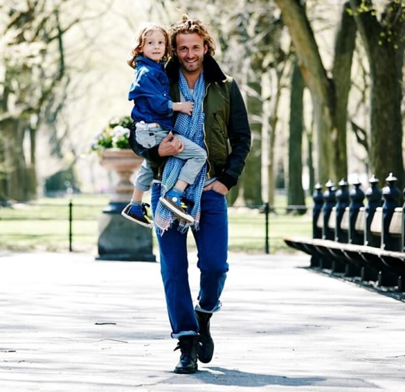 """Para celebrar el Día del Padre, el modelo y su pequeño hijo Hudson aparecen juntos en la campaña de El Palacio de Hierro, """"Tu primer cómplice""""."""