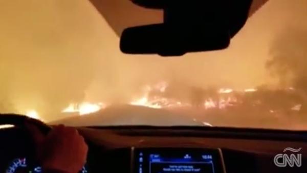 Entre rezos, esta familia abandona su hogar por los incendios en California