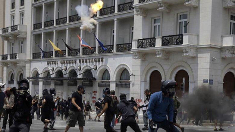 Los griegos ya enfrentan duras medidas de austeridad que incluyen recortes a las pensiones, aumento en impuestos y en la edad de retiro.