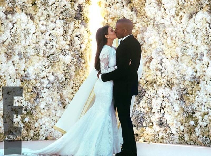 Kim y Kanye sellaron su amor con un beso tras jurarse amor eterno..
