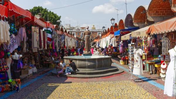 Mercado de artesanías en Puebla.  Un tercio de las mipymes encuestadas por la BUAP dicen que la competencia desleal (informalidad) limita su crecimiento.  (Foto: iStock)