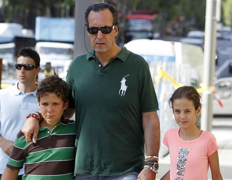 Su papá, Jaime de Marichalar, es mucho más estricto con él. Aquí con su hermana menor, Victoria.