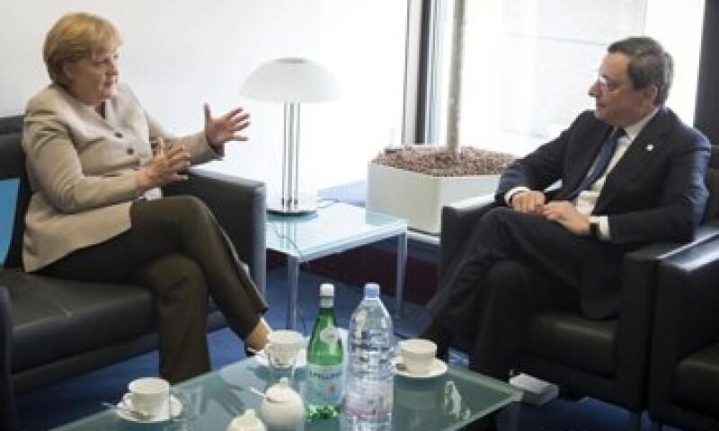 La canciller alemana, Angela Merkel y el presidente del BCE, Mario Draghi, entre otros líderes europeos, discutirán medidas para combatir la crisis. (Foto: Reuters)