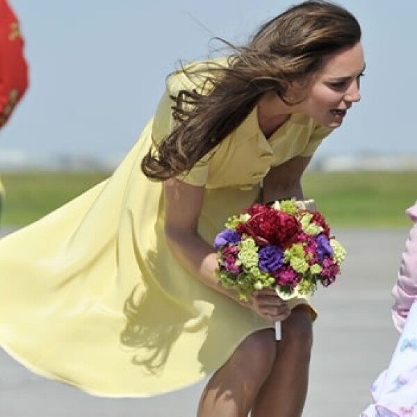 Las fuertes ráfagas del Aeropuerto Internacional de Calgary pusieron en apuros a la recién casada