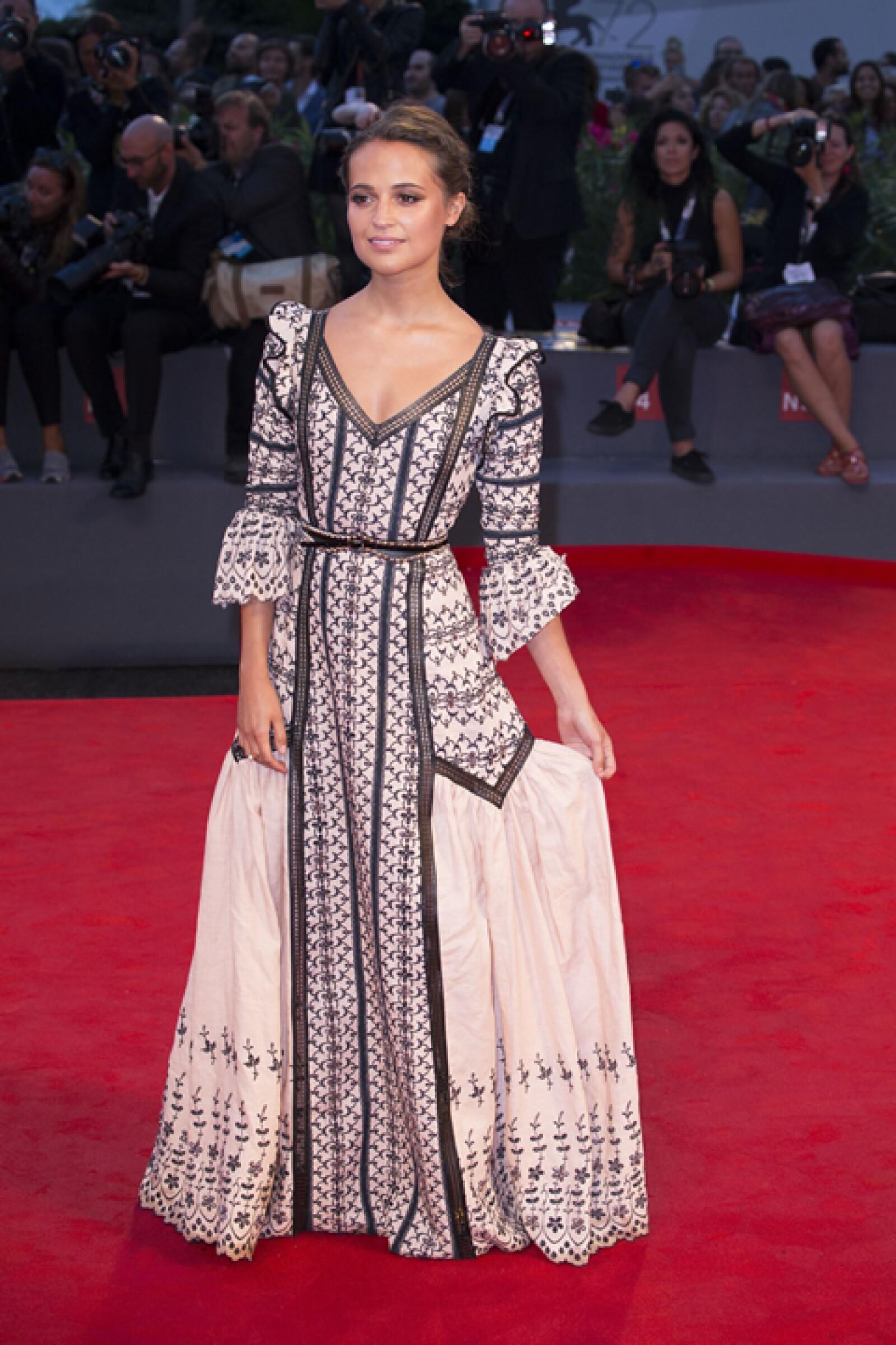 Alicia Vikander usó un vestido hecho a la medida de Louis Vuitton para la premiere de `Danish Girl´.