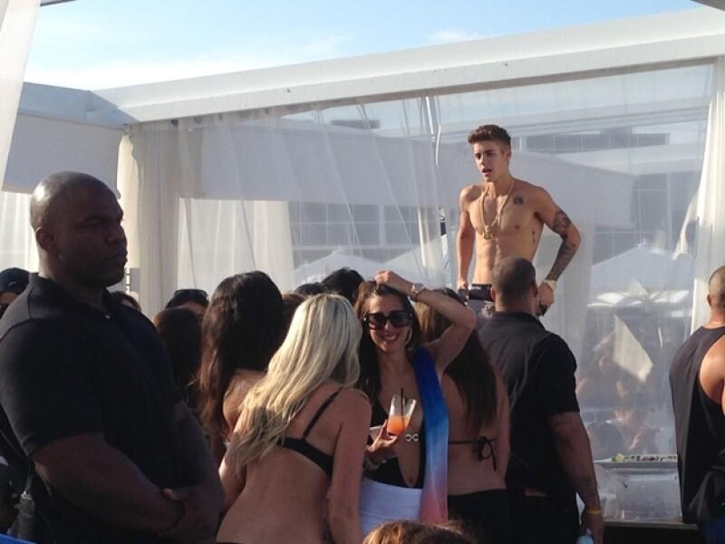 El cantante Justin Bieber sorprendió a los huéspedes del hotel Hyatt Regency de Perth (Australia) el pasado domingo cuando ofendió a una chica que se encontraba en la piscina del establecimiento.