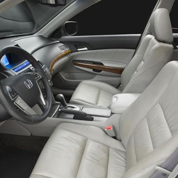 En el interior, Honda ha efectuado algunos cambios menores en aras de mejorar la ergonomía, como los mandos del clima que han sido movidos hacia la izquierda ya que ahí son más utilizados.